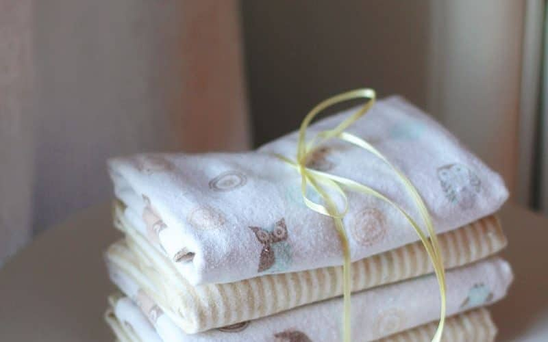 Need a gift for the baby in your life? Sew your own handmade baby burp cloths using the tips and tricks in this easy tutorial from Bellewood Cottage!