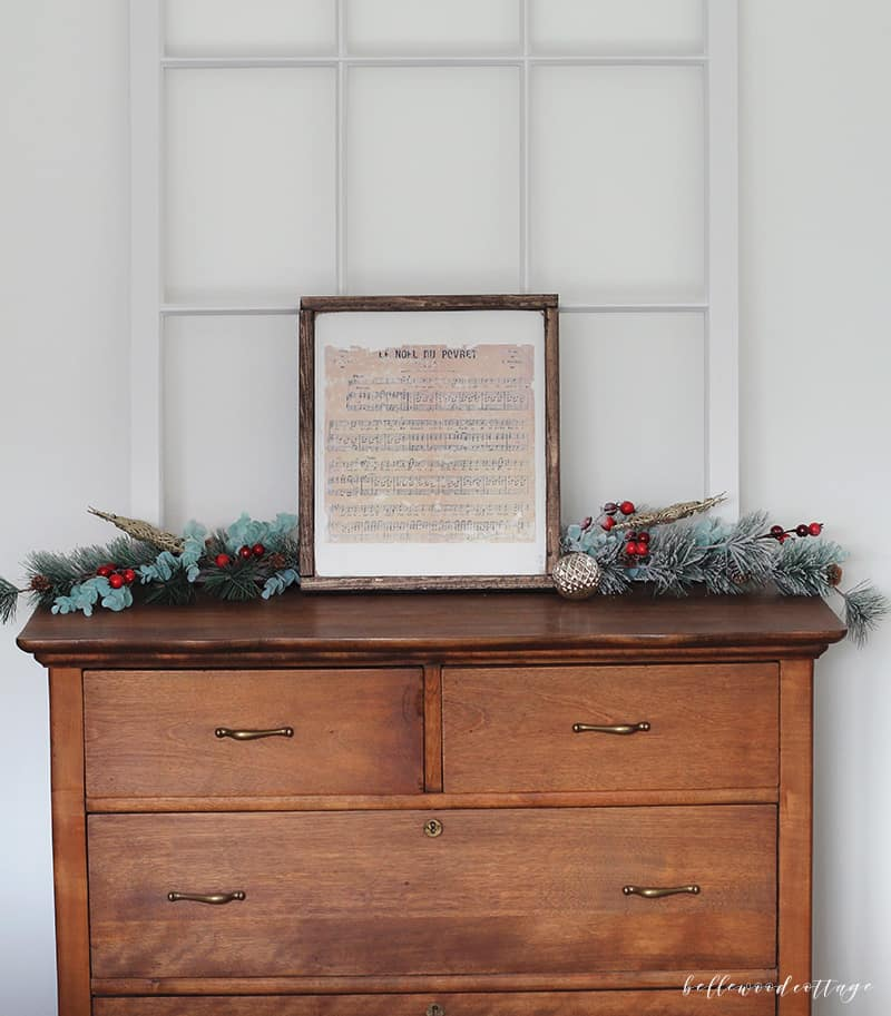 Learn how to make your own rustic DIY Christmas sign with this easy tutorial from Bellewood Cottage! It's a versatile technique that adapts to any decor.