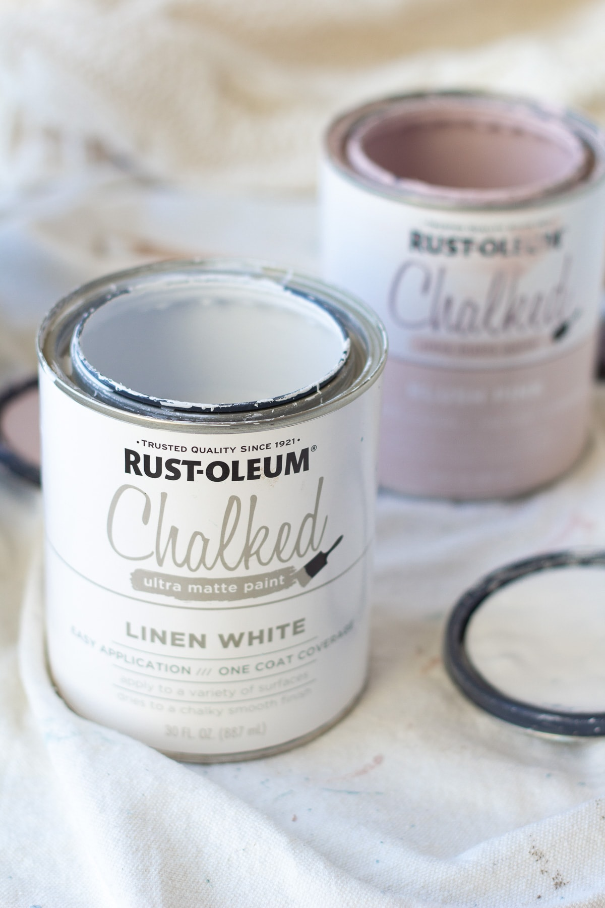 A can of Rust-Oleum chalked paint in Linen White.
